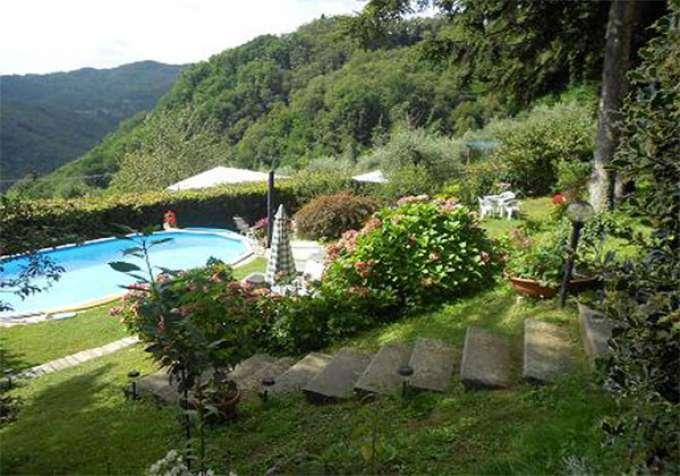 ferienhaus italien ferienhaus mit pool whirlpool und grossem eingez untem garten in sehr. Black Bedroom Furniture Sets. Home Design Ideas