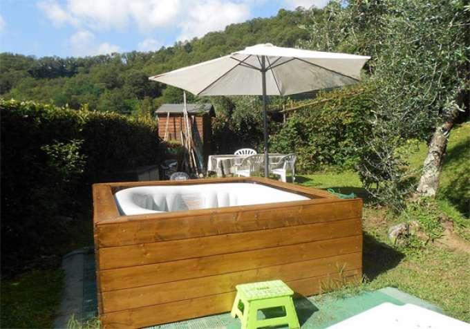 Ferienhaus italien ferienhaus mit pool whirlpool und for Whirlpool garten mit große pflanzkübel beton